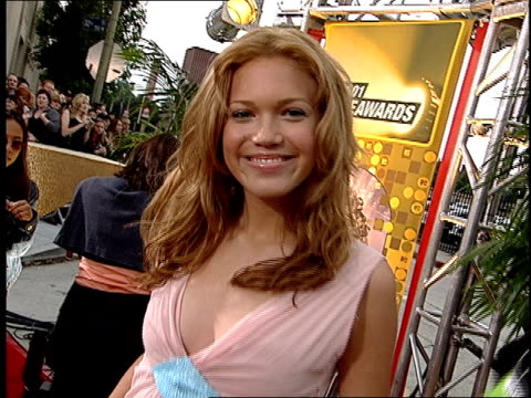 vídeos y material grabado en eventos de stock de mandy moore arriving on the red carpet at the 2001 mtv movie awards. - 2001