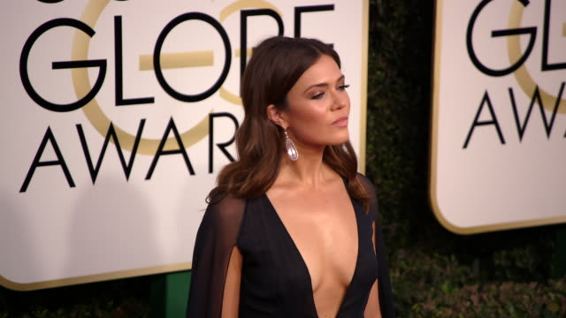 mandy moore at the 74th annual golden globe awards arrivals at the beverly hilton hotel on january 08 2017 in beverly hills california 4k - ビバリーヒルトンホテル点の映像素材/bロール