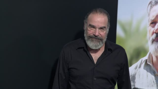 "vídeos y material grabado en eventos de stock de mandy patinkin at the ""life itself"" los angeles premiere at arclight cinemas cinerama dome on september 13, 2018 in hollywood, california. - cinerama dome hollywood"