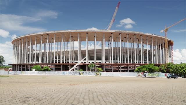 vídeos de stock, filmes e b-roll de ms mane garrincha national stadium under construction for the 2014 world cup / brasilia, brazil - imperfeição