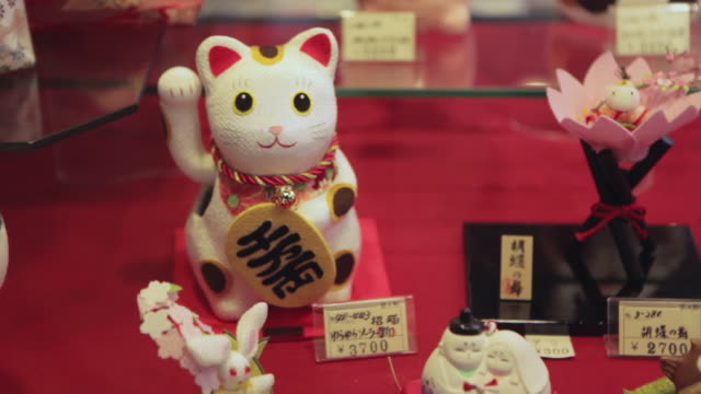maneki neko cat in a showcase of a store in kyoto - cute stock videos & royalty-free footage