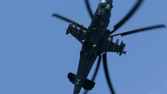 軍用ヘリコプターを操縦する - 軍隊点の映像素材/bロール