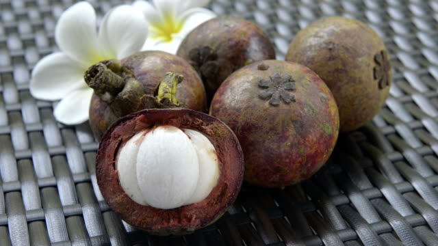 stockvideo's en b-roll-footage met mangosteen fruit (garcinia mangostana), one cut open - middelgrote groep dingen