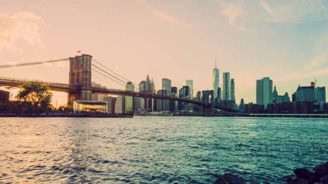 vídeos de stock, filmes e b-roll de manhattan e brooklyn bridge timelapse ao pôr do sol, cidade de nova york - brooklyn new york