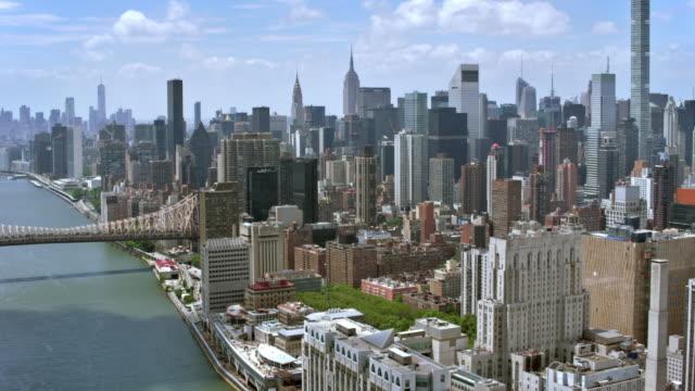 空中のマンハッタンとルーズベルト島橋 - 都市の全景点の映像素材/bロール