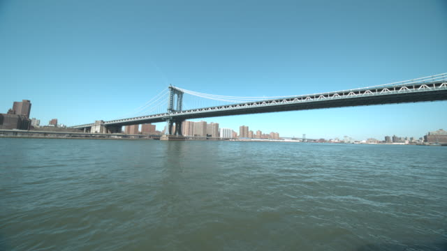 manhattan and williamsburg bridges and city skyline from water - williamsburg bridge stock videos and b-roll footage