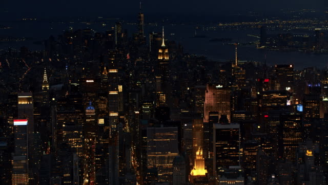 vídeos de stock, filmes e b-roll de aerial manhattan at night time - noite