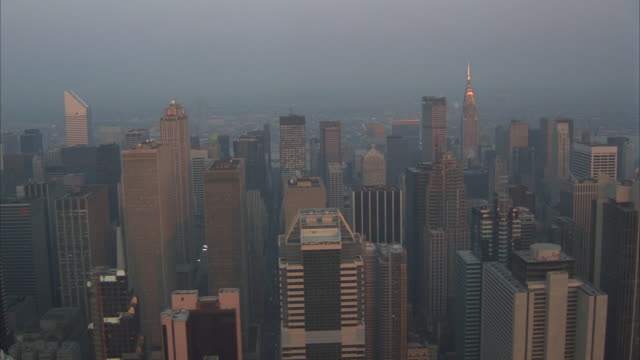 low aerial, manhattan at sunset, new york city, new york, usa - 1990年点の映像素材/bロール