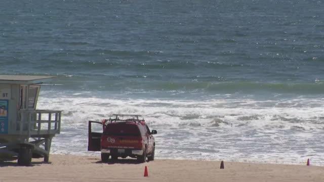 manhattan beach, ca, u.s. - lifeguard hut and cars at manhattan beach amid covid-19 pandemic, on saturday, may 23, 2020. - manhattan video stock e b–roll