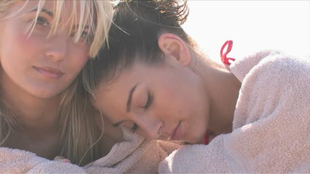 vídeos de stock, filmes e b-roll de manhattan beach, california, usaclose-up of two young women's faces - toalha de praia