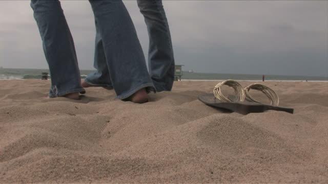 manhattan beach, california, usaclose-up of two young women's feet - nordpazifik stock-videos und b-roll-filmmaterial