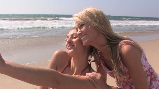 manhattan beach, california, usatwo young women are playing on the beach - sommerkleid stock-videos und b-roll-filmmaterial