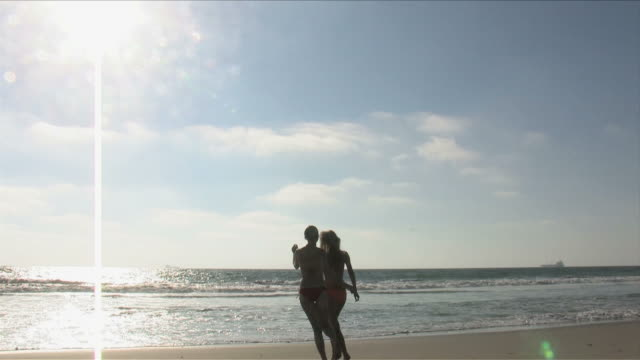 manhattan beach, california, usatwo young women are playing on the beach - nordpazifik stock-videos und b-roll-filmmaterial