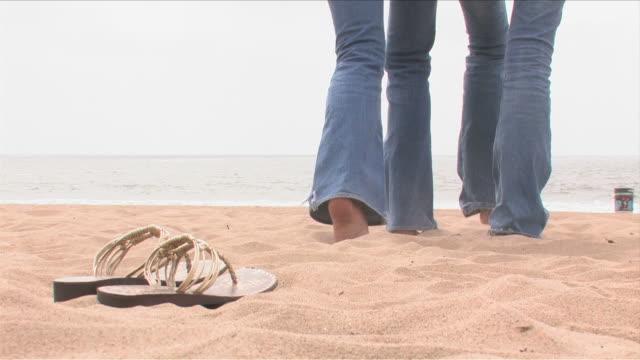 manhattan beach, california, usatwo young women are walking on the beach - nordpazifik stock-videos und b-roll-filmmaterial