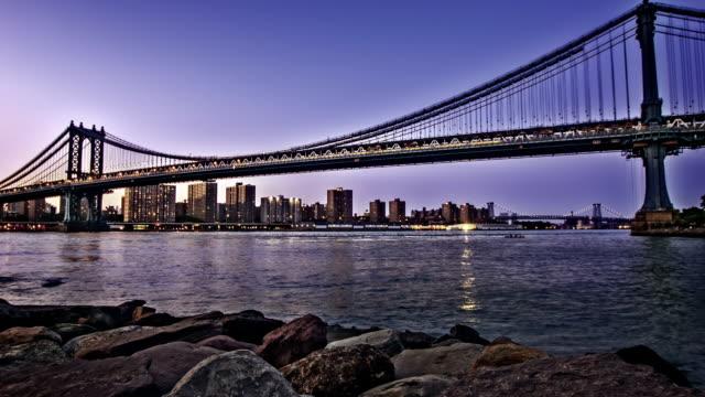 マンハッタン橋とマンハッタンの街並み - ブルックリン橋点の映像素材/bロール