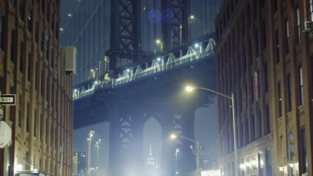 vídeos y material grabado en eventos de stock de manhattan bridge as seen from dumbo brooklyn night - toma mediana