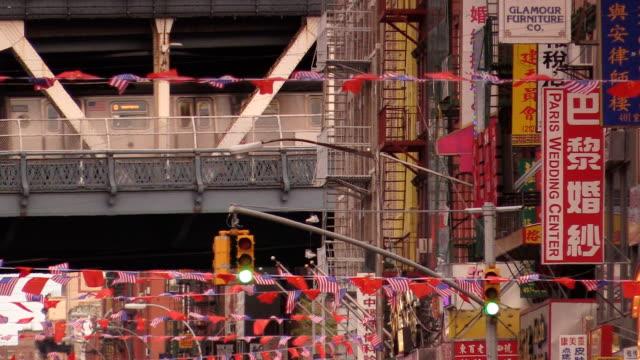 vídeos de stock, filmes e b-roll de ponte de manhattan chinatown em nova york - bairro chinês
