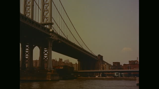 vídeos de stock, filmes e b-roll de ws pov td manhattan bridge over east river with buildings in background / new york city, new york state, united states - manhattan bridge