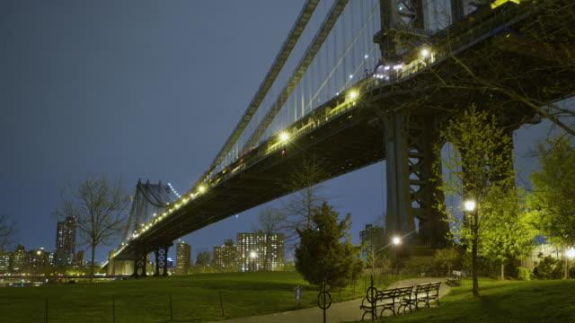 vídeos de stock e filmes b-roll de manhattan bridge seen from dumbo night - ponte de manhattan