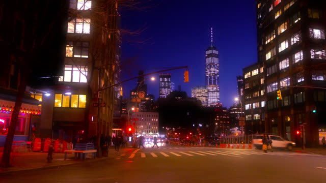 vídeos de stock e filmes b-roll de manhattan downtown, one world trade center at dawn, illuminated. quiet peaceful street, residential district. new york, us - world trade center manhattan