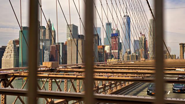 ブルックリン橋を通るマンハッタン・ファイナンシャル・ディストリクト - ゴシック様式点の映像素材/bロール