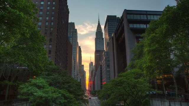 manhattan henge zeitraffer new york city - manhattan stock-videos und b-roll-filmmaterial