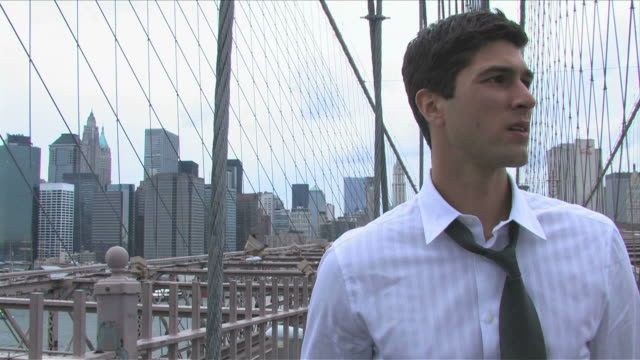 vídeos de stock, filmes e b-roll de manhattan, new york city, new york, usa, brooklyn bridgeone young business man is walking on the brooklyn bridge - só homens jovens
