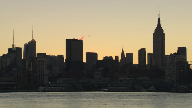 ws manhattan skyline across hudson river at twilight / new york city, new york, usa - establishing shot点の映像素材/bロール