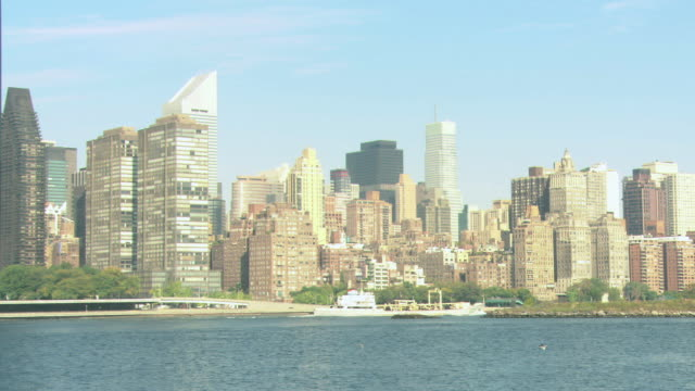 zi manhattan skyline across the east river, with boats on the water / new york city, new york, united states - anno 2008 video stock e b–roll