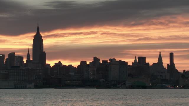 vídeos de stock, filmes e b-roll de ws manhattan skyline against sky at sunrise / new york city, new york, usa - prédio chrysler