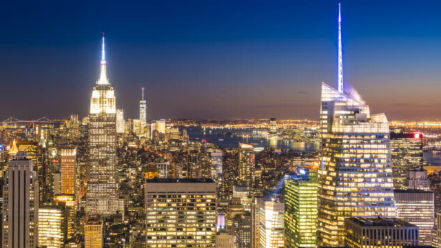 vídeos de stock, filmes e b-roll de manhattan skyline and empire state building, new york city, day to night time lapse - prédio empire state
