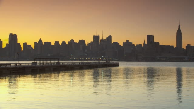 ws manhattan skyline at sunrise from hoboken / new york city, usa - establishing shot点の映像素材/bロール
