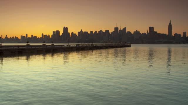 ws manhattan skyline at sunrise from hoboken / new york city, usa - orange new jersey stock videos & royalty-free footage