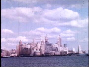 1962 ws manhattan skyline from across the river / new york, new york, united states - 1962 個影片檔及 b 捲影像