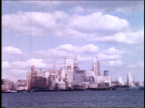 vídeos y material grabado en eventos de stock de 1962 ws manhattan skyline from across the river / new york, new york, united states - 1962