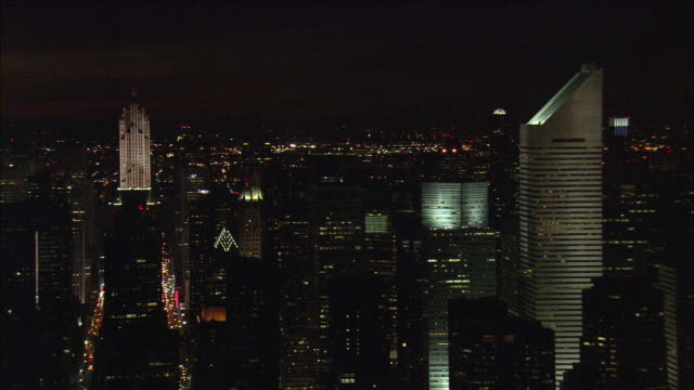 vídeos de stock e filmes b-roll de low aerial manhattan skyline illuminated at night / new york city, new york, usa - manhattan
