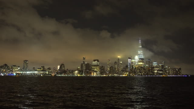 vídeos y material grabado en eventos de stock de manhattan skyline / one world trade center & hudson river, pier a hoboken nj - night time - toma de apertura