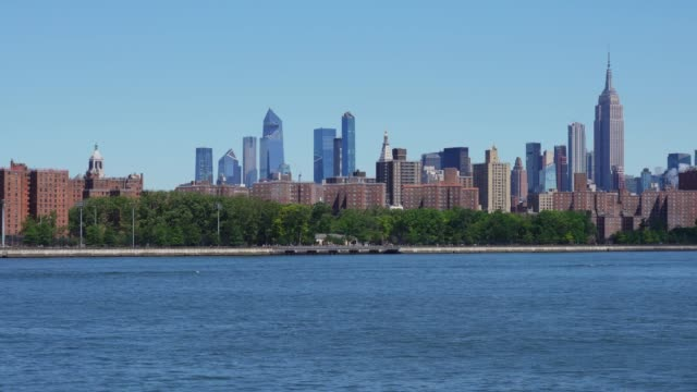manhattan skyline panning video - new york - brooklyn new york stock videos & royalty-free footage