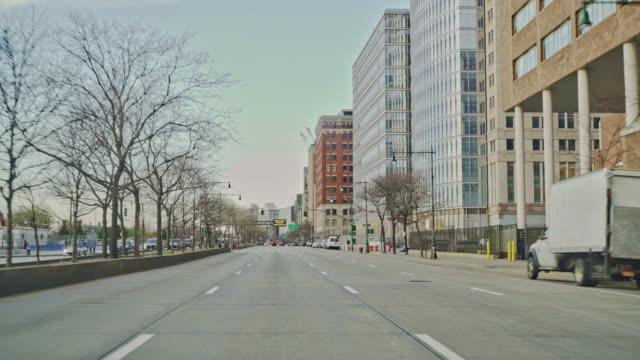 vidéos et rushes de les rues de manhattan sont désertes pendant le verrouillage partiel de la ville pendant l'épidémie de coronavirus. - town