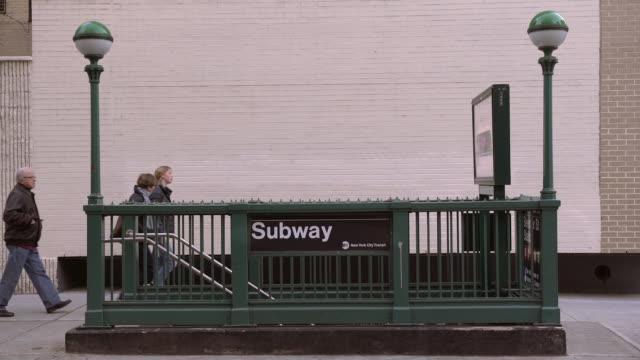 manhattan subway entrance - 英字点の映像素材/bロール