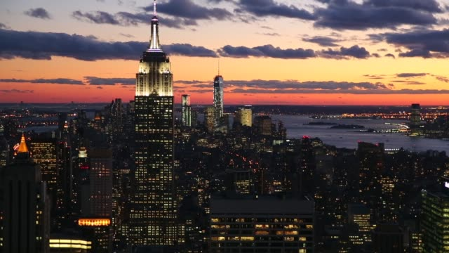 vídeos de stock, filmes e b-roll de manhattan sunset, view from the top of the rock observation deck in midtown manhattan, the empire state building , and the one world trade center... - chicago 'l'