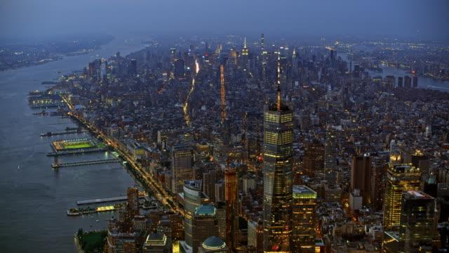 空中曼哈頓與它的海濱在晚上 - 高清電視 影像的技術 個影片檔及 b 捲影像