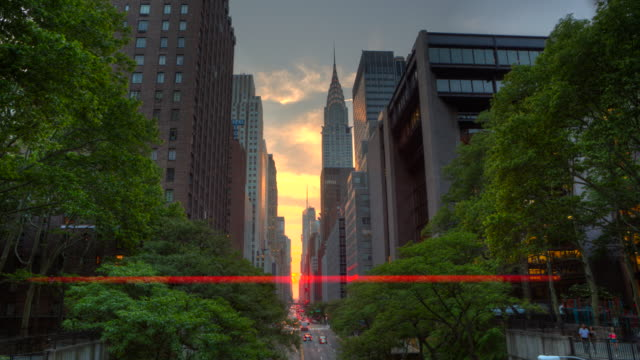 manhattanhenge new york city bei sonnenuntergang zeitraffer - chrysler building stock-videos und b-roll-filmmaterial