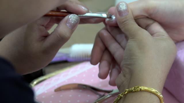 vídeos de stock e filmes b-roll de manicure em progresso - lâmpada elétrica