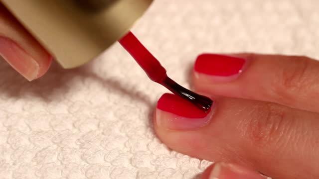 Maniküre und Make-up-Farbe malen Ihre Nägel