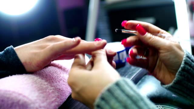 vídeos de stock, filmes e b-roll de manicure processo. - almofada