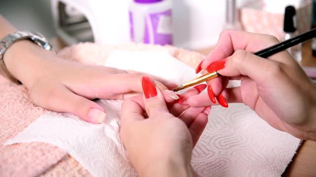 vídeos y material grabado en eventos de stock de manicura tratamiento. - esmalte de uñas rojo