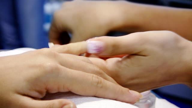 manicure (hd) - människofinger bildbanksvideor och videomaterial från bakom kulisserna