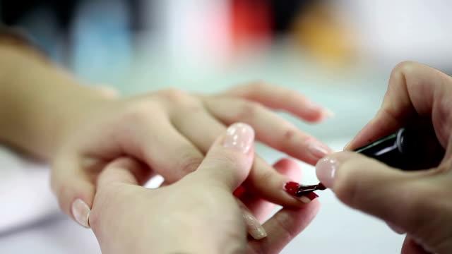 vidéos et rushes de manucure - doigt humain