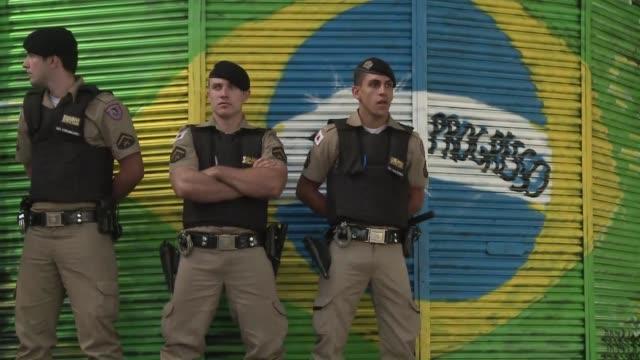 manifestantes bloqueaban rutas el miercoles en el estado de minas gerais donde la seleçao juega la semifinal con uruguay por la copa confederaciones... - minas stock videos and b-roll footage